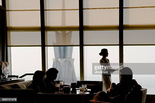 China Shanghai Shanghai Chinese people having coffee at the Cafe Living Room at 87 floor of the World Financial Center im Hintergrund stehen der Jin...