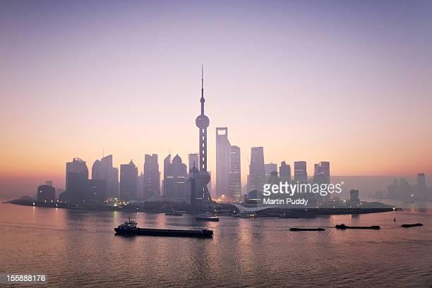 china, shanghai skyline at dawn - rio huangpu - fotografias e filmes do acervo