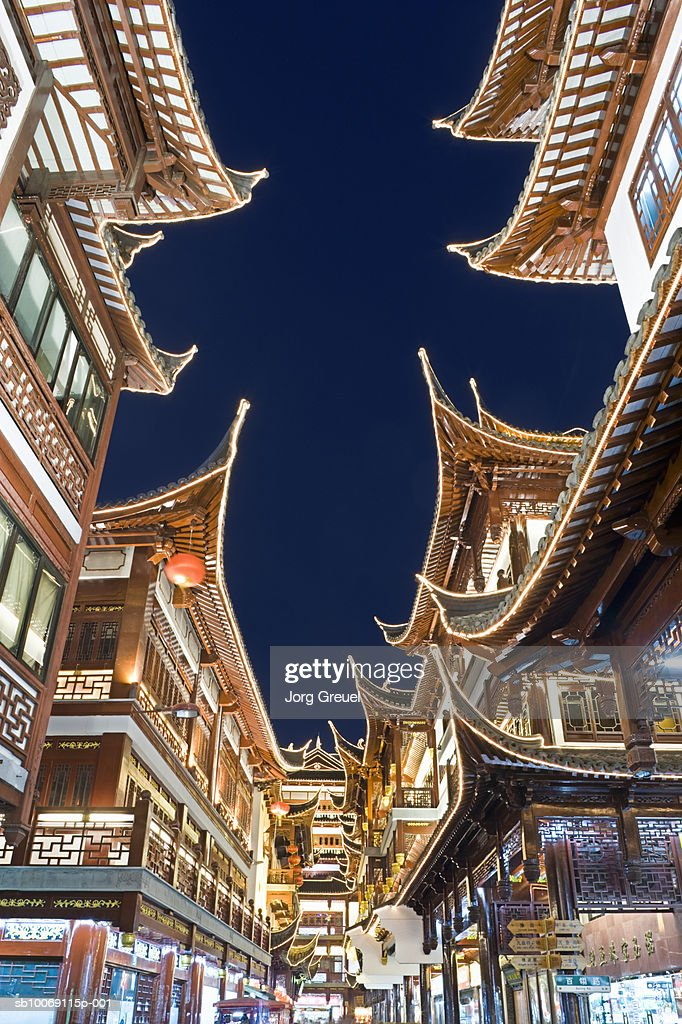 China, Shanghai, Yu Yuan shopping district at night, low angle view : Stockfoto