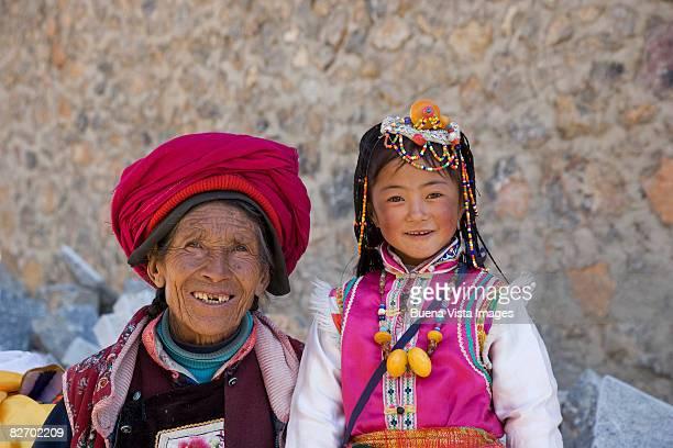china. shangri-la. naxi woman and girl - shangri la stockfoto's en -beelden