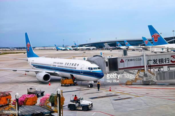 china southern flugzeuge in guangzhou flughafen - guangzhou stock-fotos und bilder