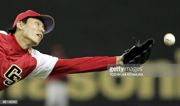China Stars pitcher Zhang Li reaches out but fails to catch the ball hit in the 4th inning of the Asia Series 2005 game against Japan's Chiba Lotte...