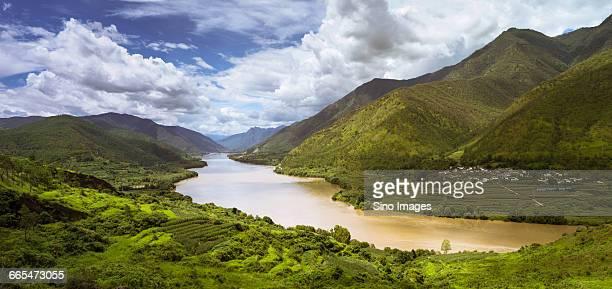 china, yunnan province, scenic landscape with yangtze river - provinz yunnan stock-fotos und bilder
