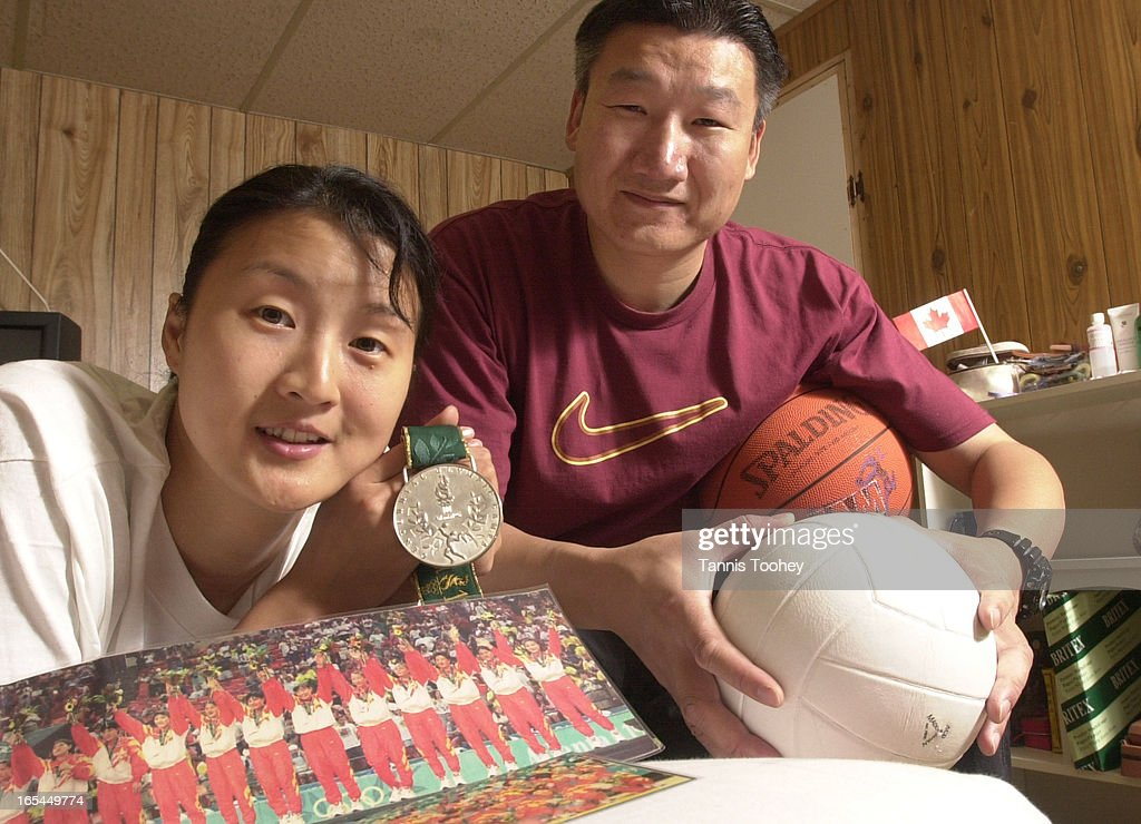 CHINA1-July 3, 2001-Newly immgrated Pan Wen-Li and her husband Zhu Jiang at home with her 1996 Atlan : News Photo