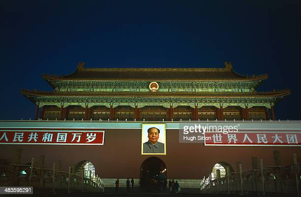 china/beijing: gate of heavenly peace in the evening - hugh sitton stockfoto's en -beelden