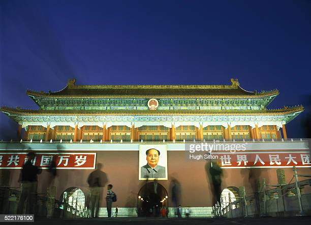 china/beijing: gate of heavenly peace in the evening - hugh sitton stock-fotos und bilder