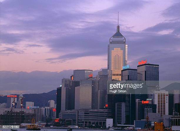 china/hongkong: bank quarter in the evening - hugh sitton stockfoto's en -beelden