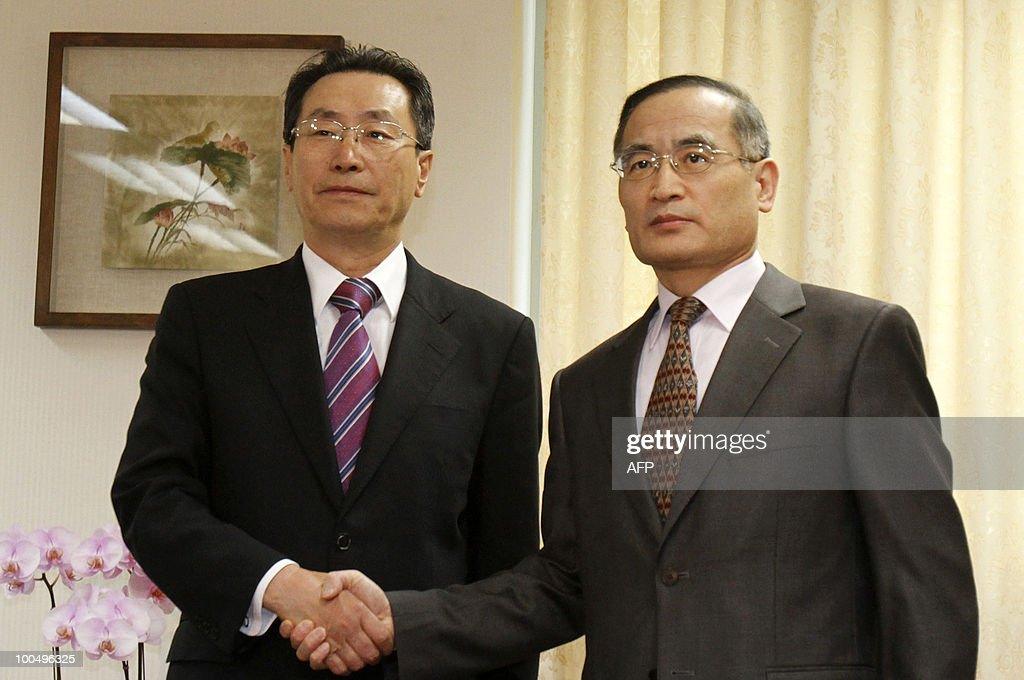 China's chief nuclear envoy Wu Dawei (L) and his South Korean counterpart Wi Sung-Lac pose before their meeting at the foreign ministry main office in Seoul May 25, 2010. South Korea pressed China to support international efforts to punish North Korea for sinking a South Korean warship, as Pyongyang issued threats of war over Seoul's reprisals. AFP PHOTO / Truth Leem / POOL