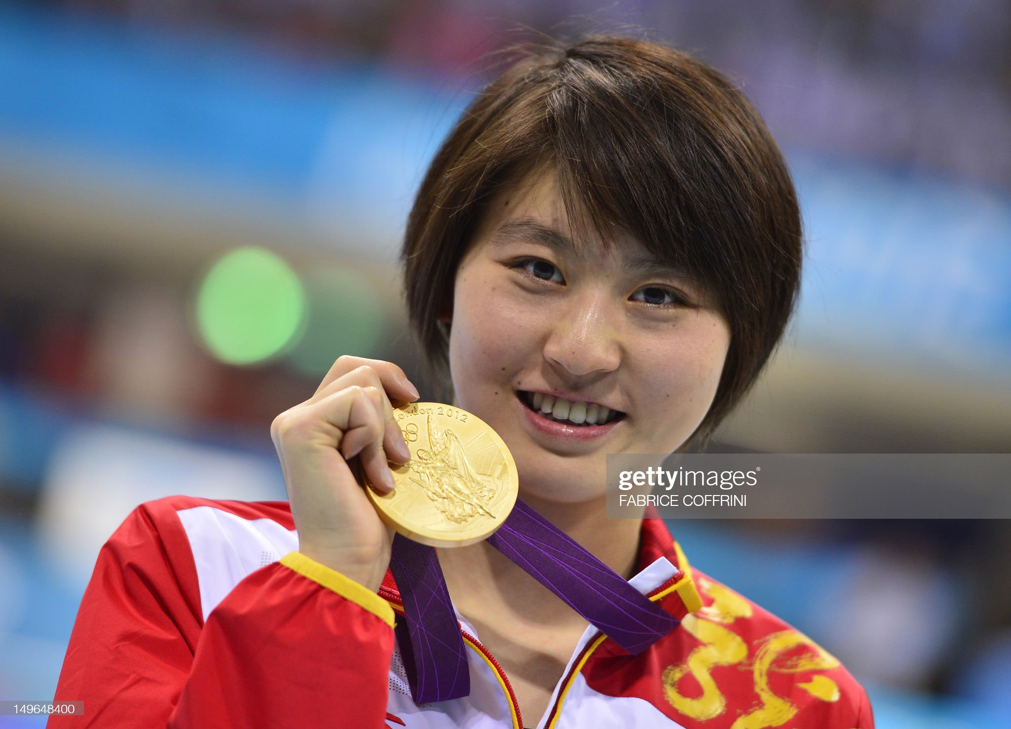 China's gold medalist Jiao Liuyang poses : Fotografía de noticias