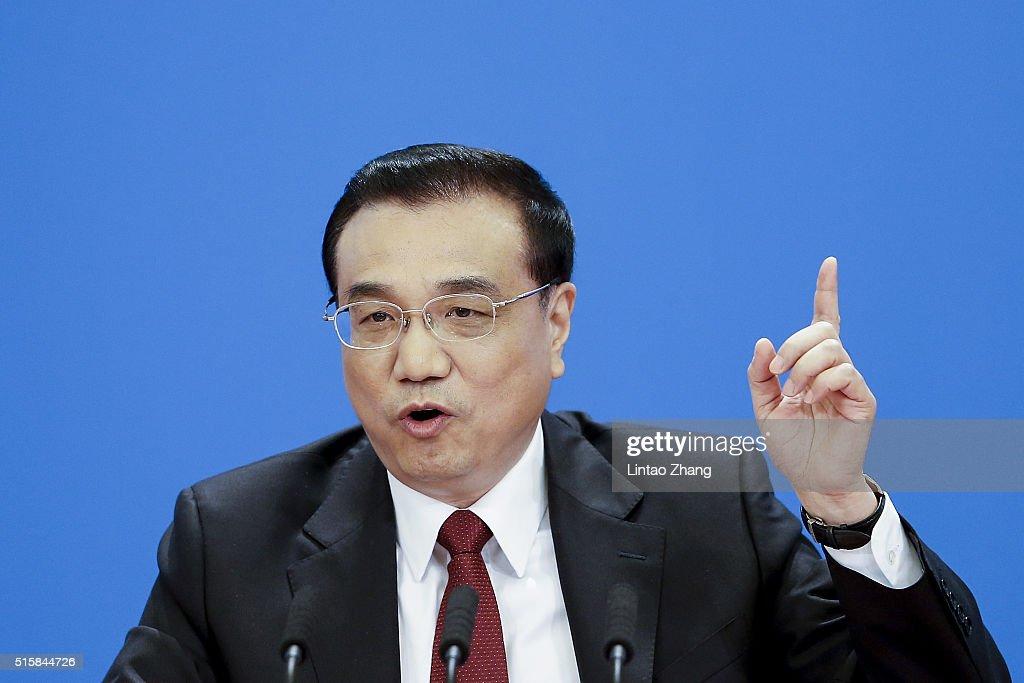 Premier Li Keqiang Meets The Press : News Photo
