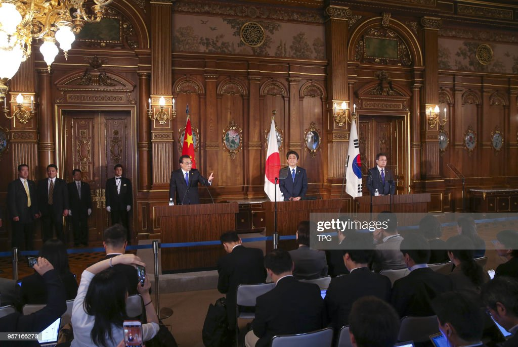 Li Keqiang meeting with Shinzo Abe and Moon Jae-in in Tokyo : News Photo