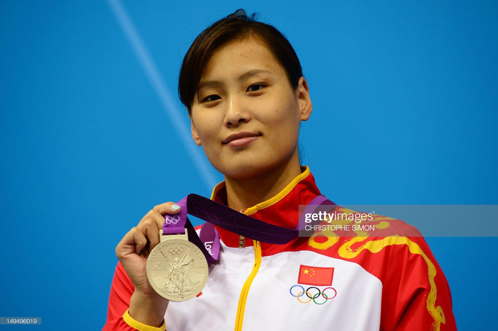 China's silver medalist Lu Ying poses on : Fotografía de noticias