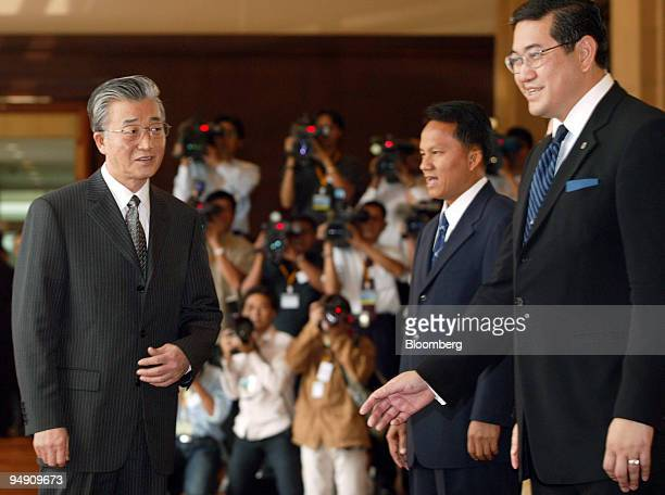 China's Vice Minister of Agriculture Qi Jingfa waits to be greeted by Thailand's Foreign Minister Surakiart Sathirathai prior to an emergency meeting...