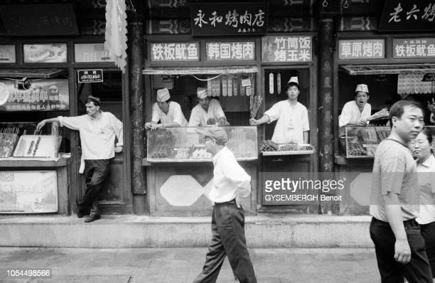 Chine juin 2002 La ville de Pékin et sa population Ici des cuisiniers de rue posant derrières leurs stands