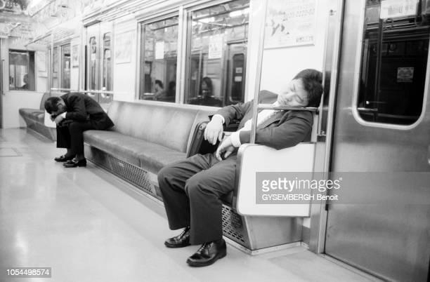 Chine juin 2002 La ville de Pékin et sa population Ici deux hommes dormant dans un wagon de métro
