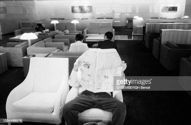 Chine juin 2002 La ville de Pékin et sa population Ici homme lisant son journal dans une salle d'attente d'un aéroport