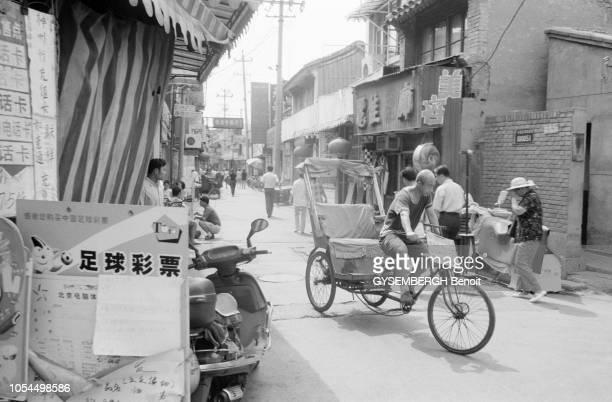 Chine juin 2002 La ville de Pékin et sa population Ici scène de rue d'un vieux quartier de Beijing