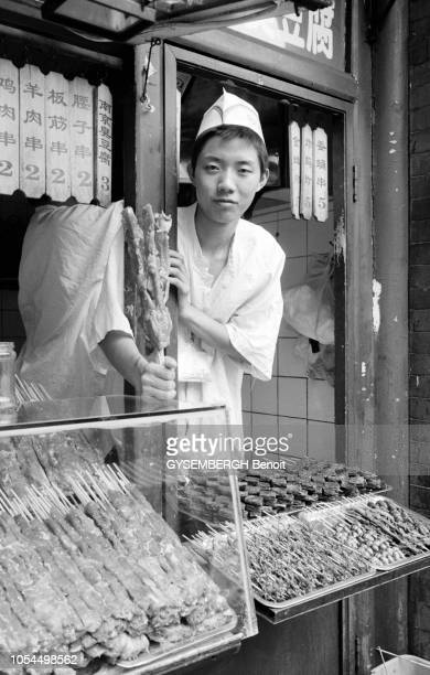 Chine juin 2002 La ville de Pékin et sa population Ici un cuisinier posant derrière son stand de brochettes