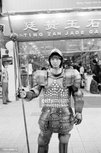 Chine juin 2002 La ville de Pékin et sa population Ici un jeune chinois posant en armure médiévale dans une galerie marchande