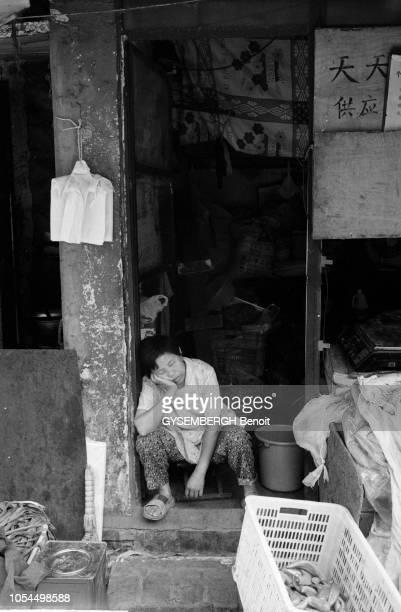 Chine juin 2002 La ville de Pékin et sa population Ici une femme dormant devant sa boutique
