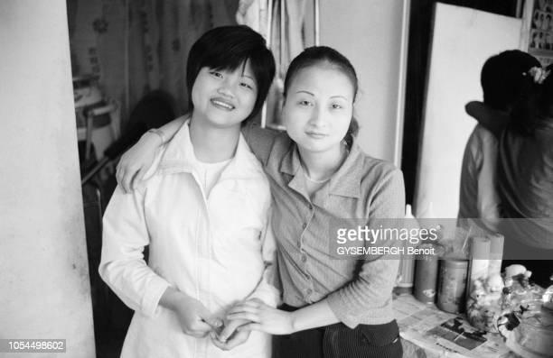 Chine juin 2002 La ville de Pékin et sa population Portrait de deux prostituées chinoises
