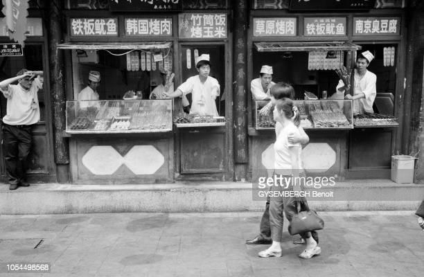 Chine juin 2002 La ville de Pékin et sa population Stands de cuisine de rue dans un vieux quartier de Beijing