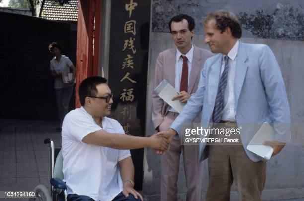 Chine Pékin Septembre 1984 DENG PUFANG défenestré par les gardes rouges en mai 1968 est devenu paraplégique Il est viceprésident du Fonds pour le...