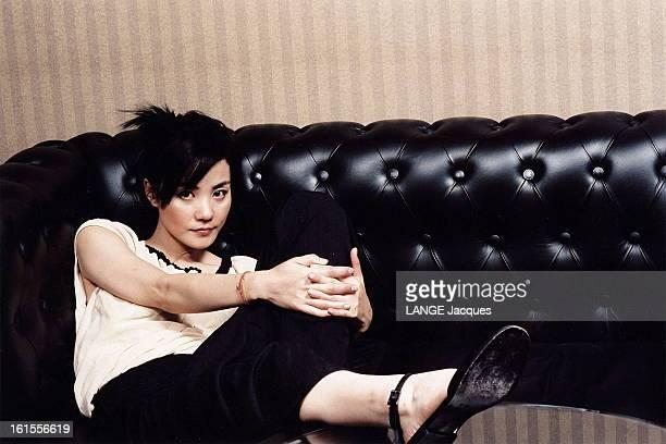 Chinese Actress Wang Fei Plan de face de WANG FEI installée avec décontraction sur un canapé dans un appartement