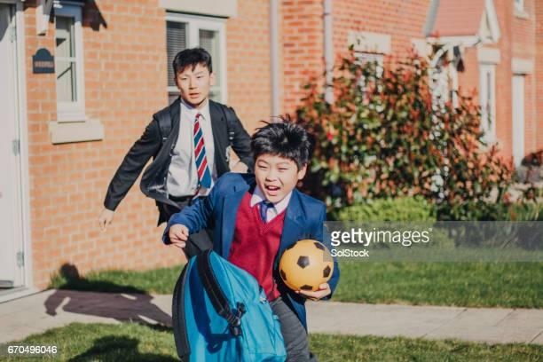 Chinesischen Brüder eilen zur Schule!