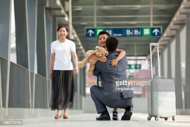 chinesischer geschäftsmann gruß sohn am bahnsteig - kid in airport stock-fotos und bilder