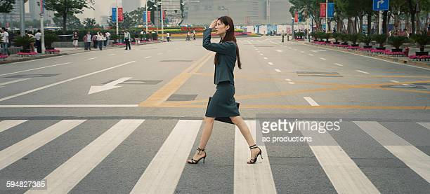 chinese businesswoman in pedestrian crossing - 歩行者 ストックフォトと画像