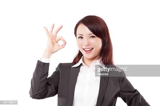 Chinois Femme d'affaires montrant Ok signer sur un arrière-plan blanc