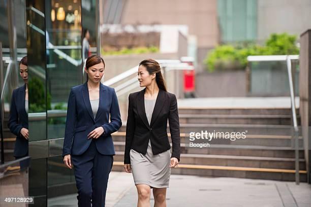 中国のキャリア Businesswomen のダウンタウンを歩行香港金融街