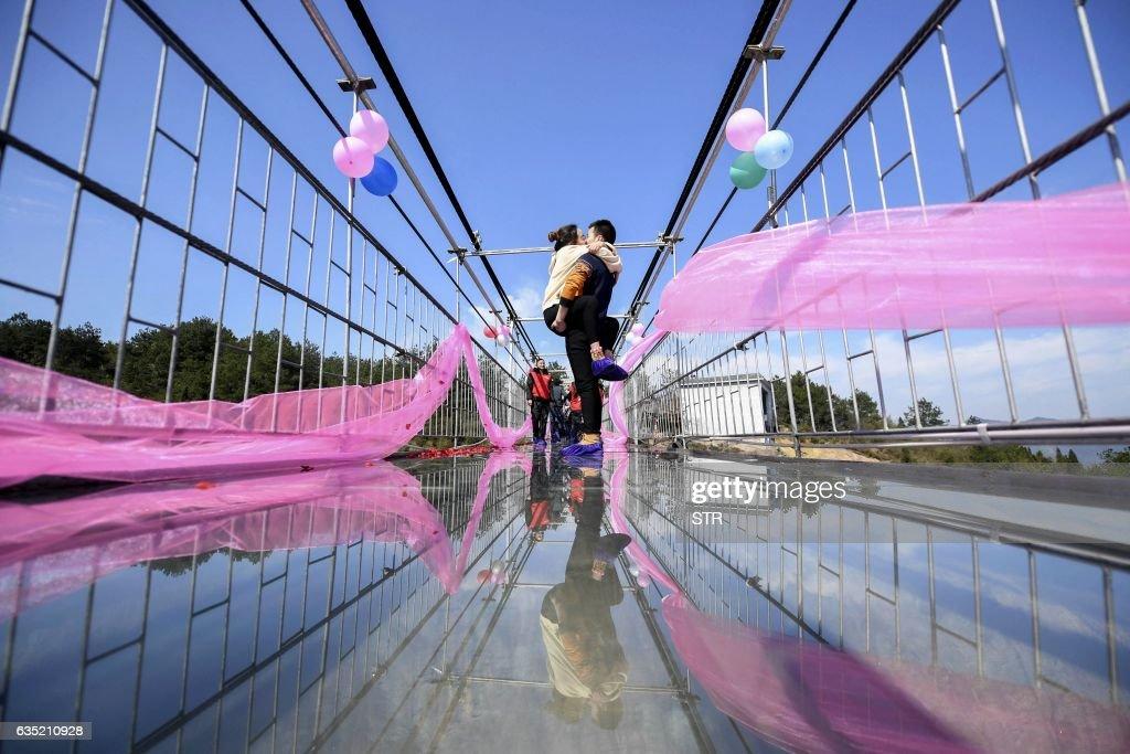 TOPSHOT-CHINA-VALENTINES-DAY : News Photo