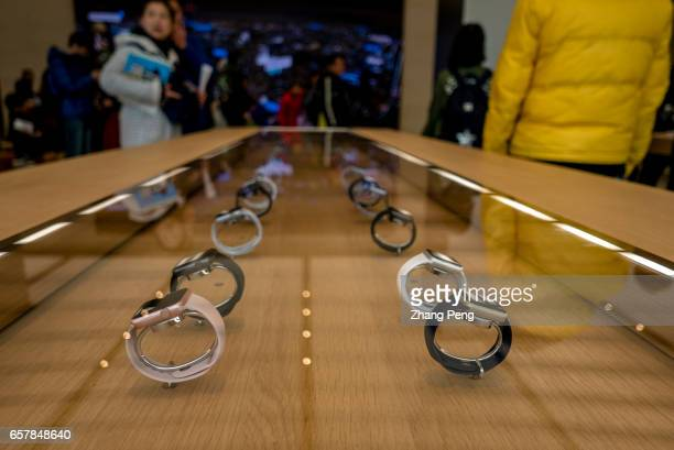 Chinese customers in the new Apple shop On the March 25 Apple opened 3 new retail shop in the world one of them is located in Nanjing Jinmao Plaza...
