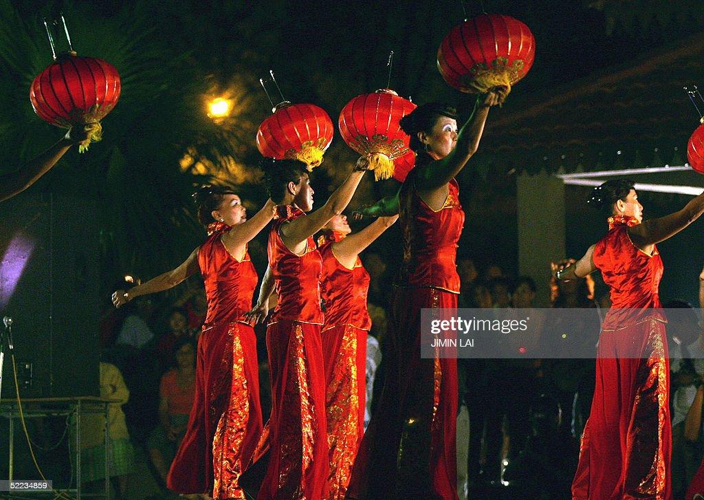 Chinese dancers perform in Kuala Lumpur : News Photo