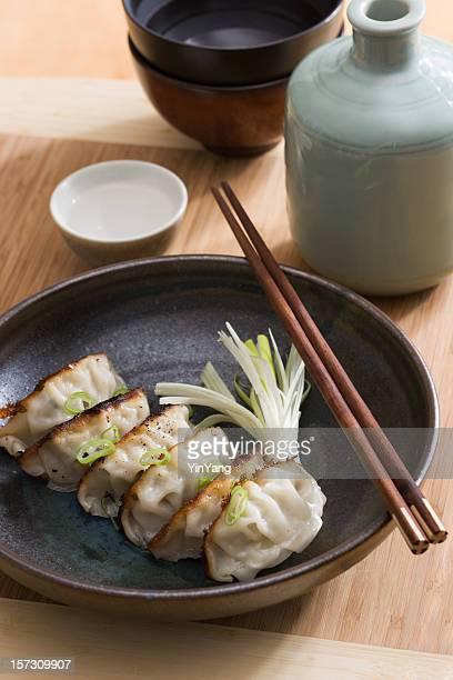 中国風小籠包、点心の焼き餃子のアジア料理、酒