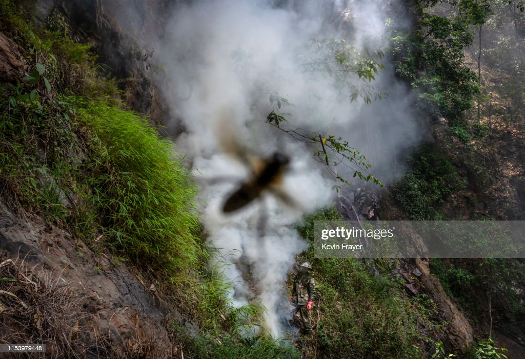 Yunnan Honey Hunters Scale Cliffs For Liquid Gold : News Photo