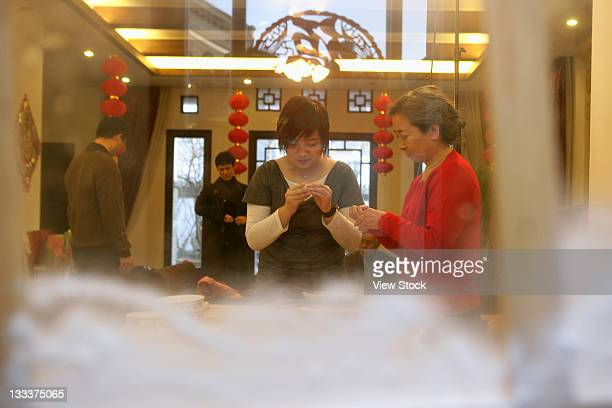 chinese family make preparation for the chinese new year on new years eve - 30 34 years fotografías e imágenes de stock