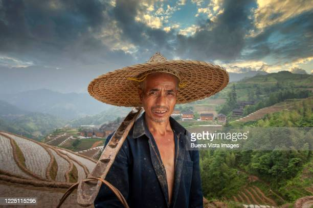 chinese farmer with traditional hat - luogo d'interesse internazionale foto e immagini stock