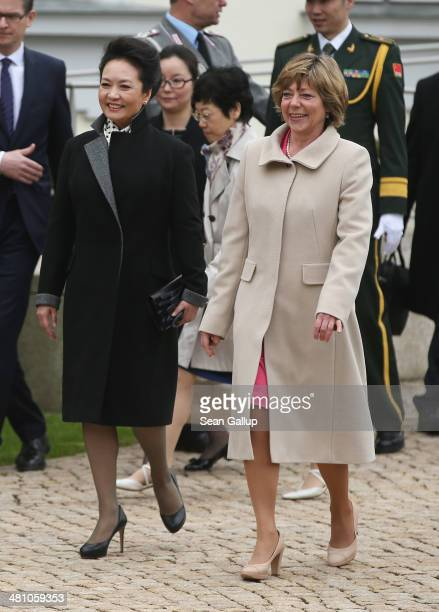 Chinese First Lady Peng Liyuan and German First Lady Daniela Schadt prepare to greet students at Schloss Bellevue on March 28 2014 in Berlin Germany...