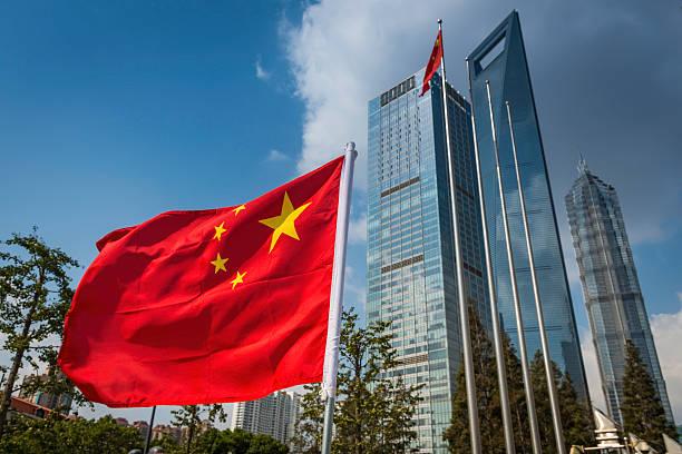 中国国旗の横の未来的な上海の高層ビルのご利用 - 中国 ストックフォトと画像