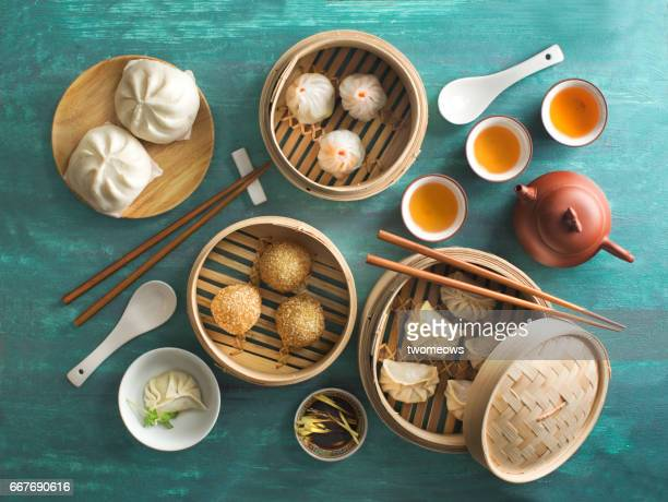"chinese food ""dim sum"" on green background. - chinesische kultur stock-fotos und bilder"