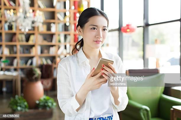 中国の女の子携帯電話を使用する