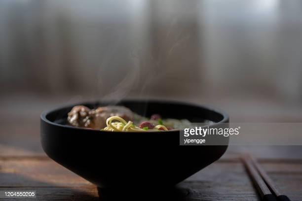 noodles di brodo di costolette fatti in casa cinesi - noodle foto e immagini stock