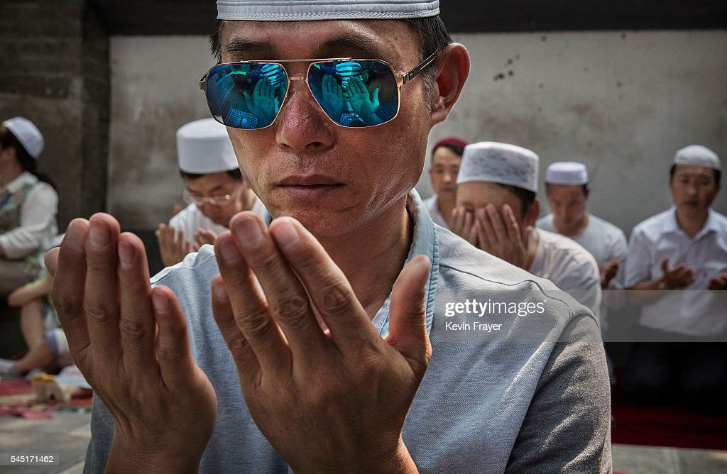 China's Hui Muslims Gather For Eid Prayers : Nieuwsfoto's