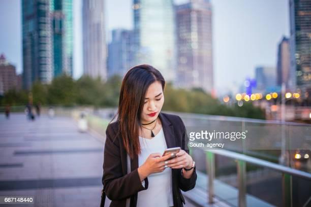 Chinesin mit Telefon