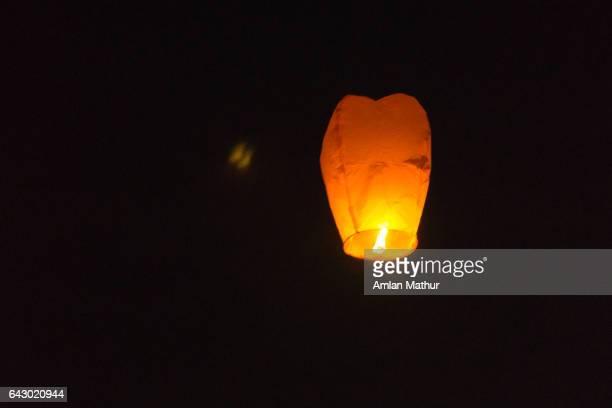 chinese lanterns against a black sky - kite festival in jaipur stockfoto's en -beelden