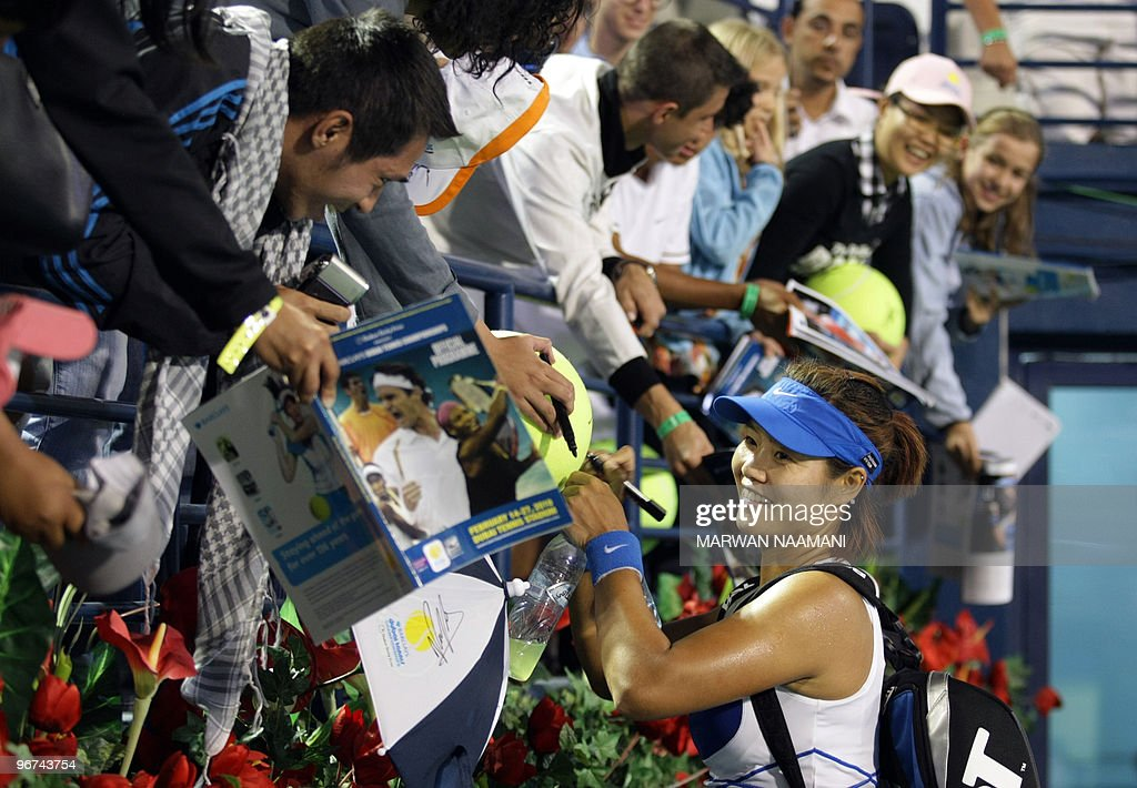 Chinese Li Na signs her autograph to fan : News Photo