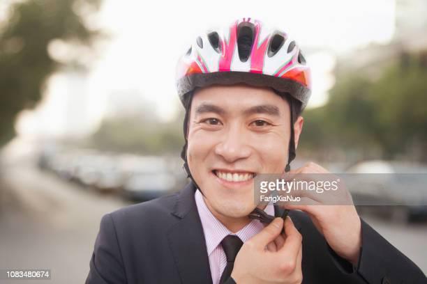 自転車のヘルメットに入れて中国人男性 - サイクリングヘルメット ストックフォトと画像